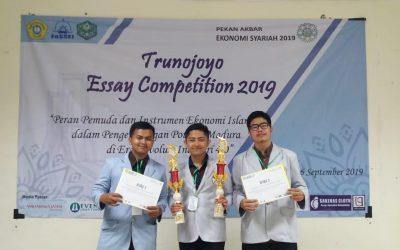 Mahasiswa SPE PENS Borong Gelar Juara Dua dan Tiga pada Trunojoyo Essay Competition