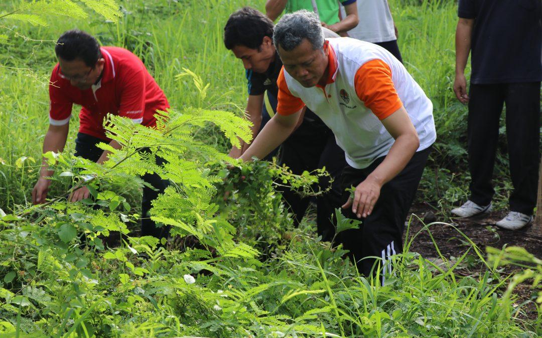Jumat Bersih, Ajak Civitas Akademika PENS Peduli Lingkungan