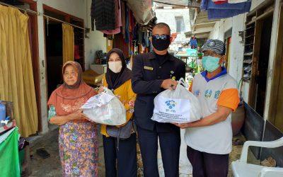 Sisihkan Rejeki, Dosen dan Tendik Bagikan Sembako untuk Masyarakat yang Terdampak Covid-19 di Sekitar PENS