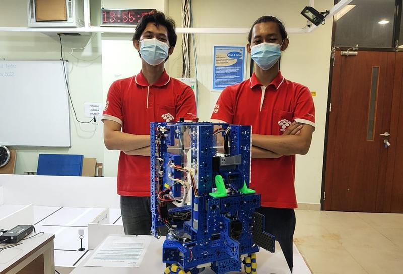 Dua Mahasiswa PENS Raih Peringkat 6 Kompetisi Robot Dunia