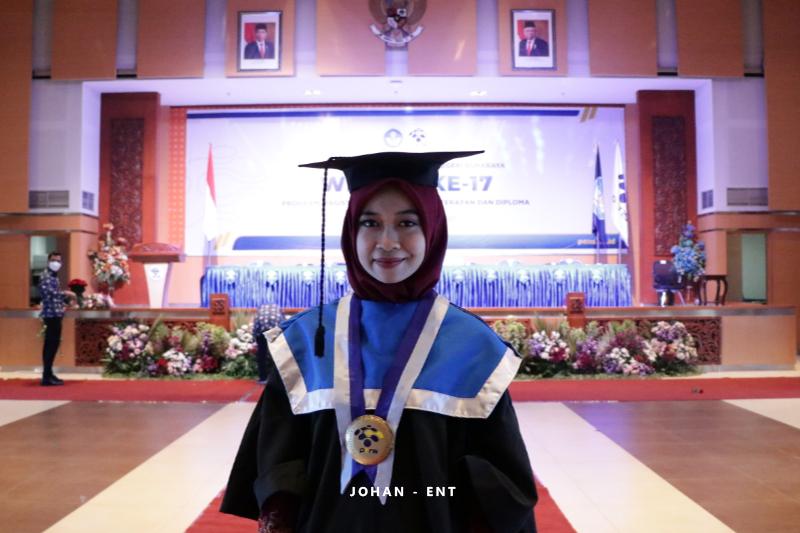 Fahriza Mutiara Fajariyanti: Wisudawati ke-17 PENS Lulus dengan Predikat Cum Laude